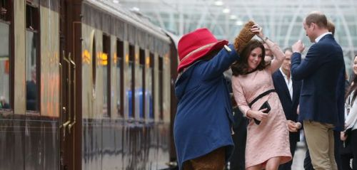 L'ours Paddington fait danser Kate Middleton