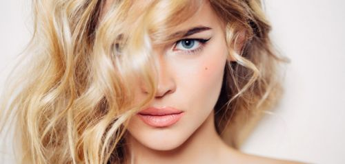Quand faut-il refaire les racines de son balayage blond ?
