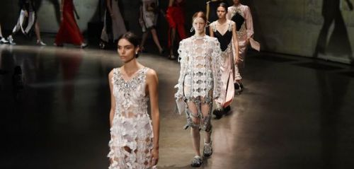 Fashion Week de Londres : Christopher Kane ou l'art du contraste