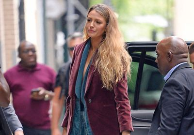 Blake Lively ose un combo double blazers ultra sexy sans top, ni soutien-gorge